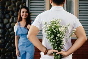 Jakie kwiaty wziąć na randkę? Wyjaśniamy znaczenie kolorów i doradzamy w wyborze